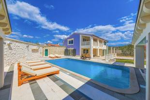 Vranjic Villa Sleeps 8 with Pool Air Con and WiFi
